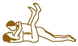 Die Frau streckt beide Beine nach oben.